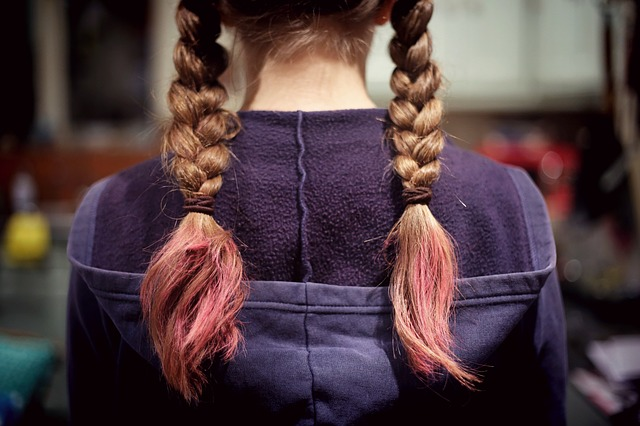 růžové vlasy