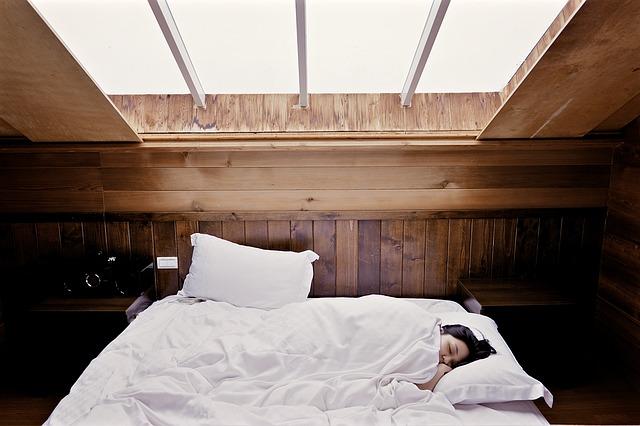 okno nad postelí