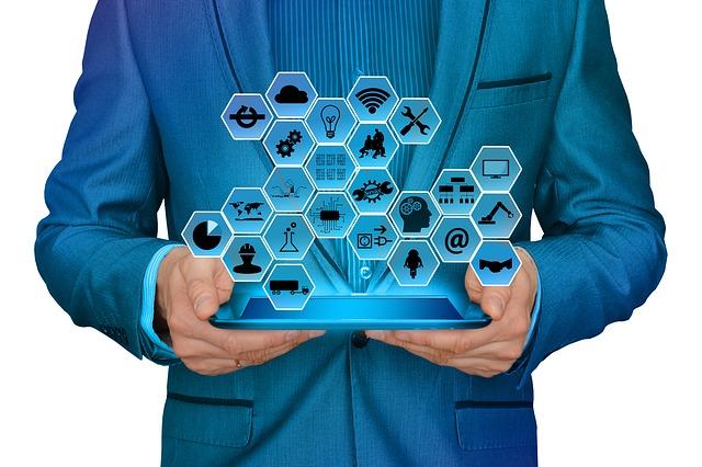 podnikatel s notebookem plným informací o firmě