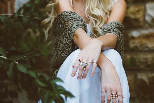bílé šaty, překřížené ruce s prsteny